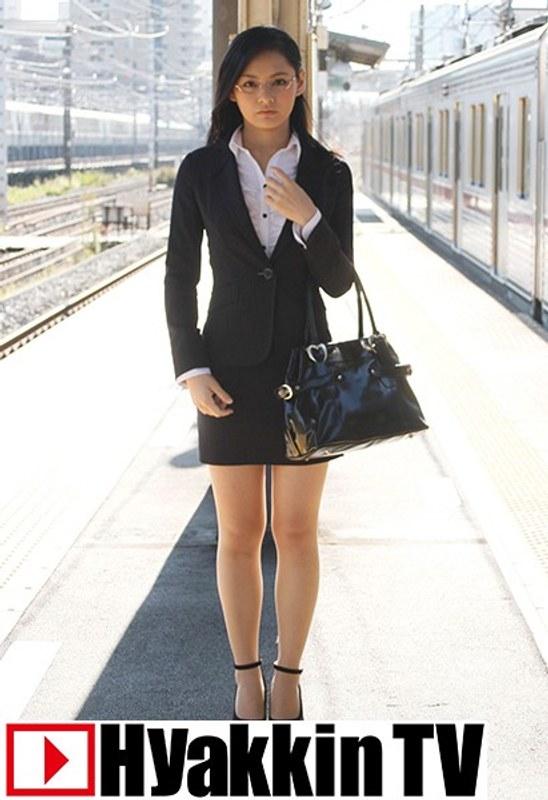 マジメそうに見える服装の下はいやらしい下着のOLが電車内で集団SEX 2 風間萌衣 パッケージ画像