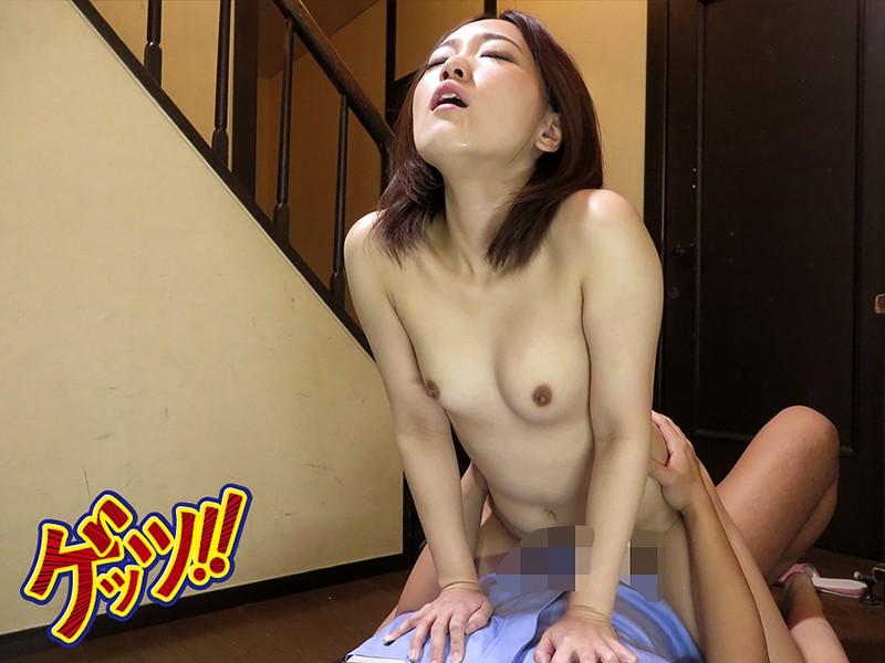 自宅玄関で全裸ワンピース!宅配男子に胸チラ&マンチラ見せつけたらどうなる!? の画像2
