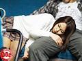 バスの最後尾で熟睡している無防備な女の隣にそっと近づき寄り添ってみると… 6
