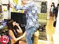 偶然見かけた貧乳女子がまさかのノーブラ!?見られる事に興奮した彼女の敏感乳首はビンビンに立っていて…