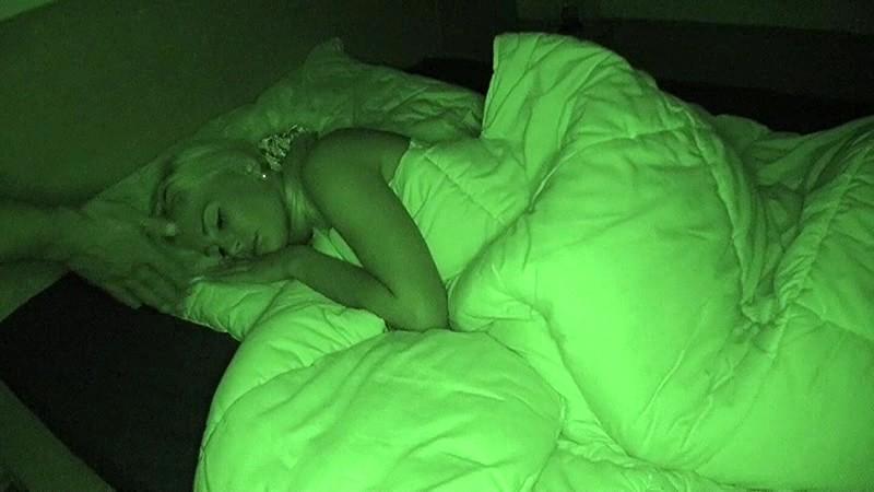 ホームステイ先の金髪美女の寝込みを襲いわいせつな行為をする日本人留学生の投稿映像 SCR-144 の画像12