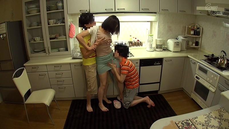寝取られママは息子たちの性欲処理係 谷原希美 の画像6