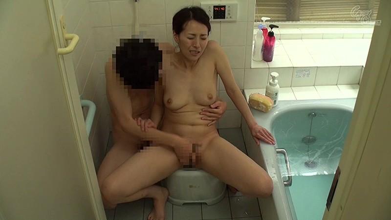 寝取られママは息子たちの性欲処理係 谷原希美 の画像16