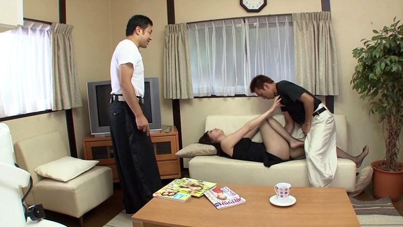 友達の母親を、友達の目の前で、犯しまくった少年達。 飯倉えりか の画像1