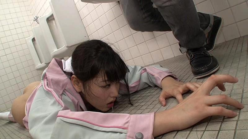 美人トイレ清掃員に強引にしびれ薬を飲ませ身体の自由を奪い、地面を這いつくばりながら逃げようとするエロ尻をもてあそび、逃げても逃げても容赦なくバックからガンガン突きまくってヤリました! の画像1