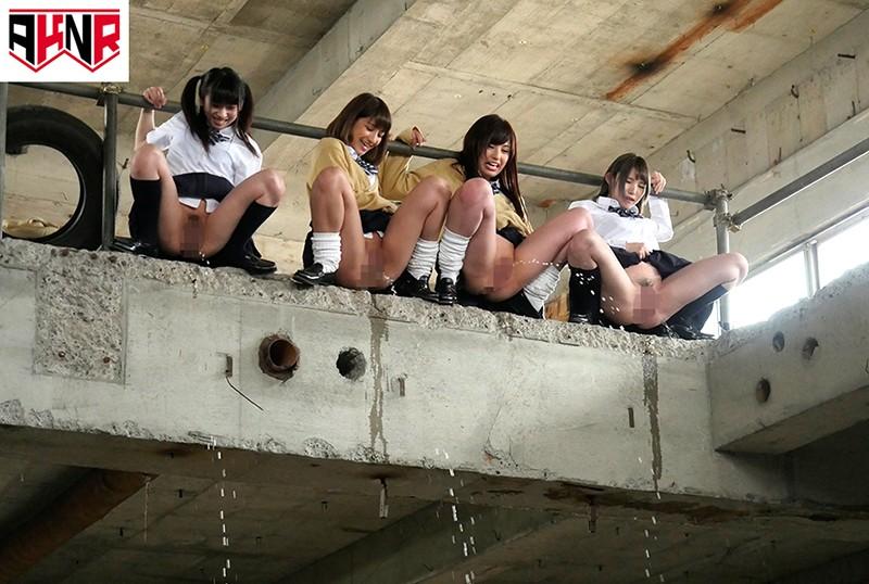 野ションを目撃されてプリプリお尻を大公開したままハメられた女子校生 の画像4