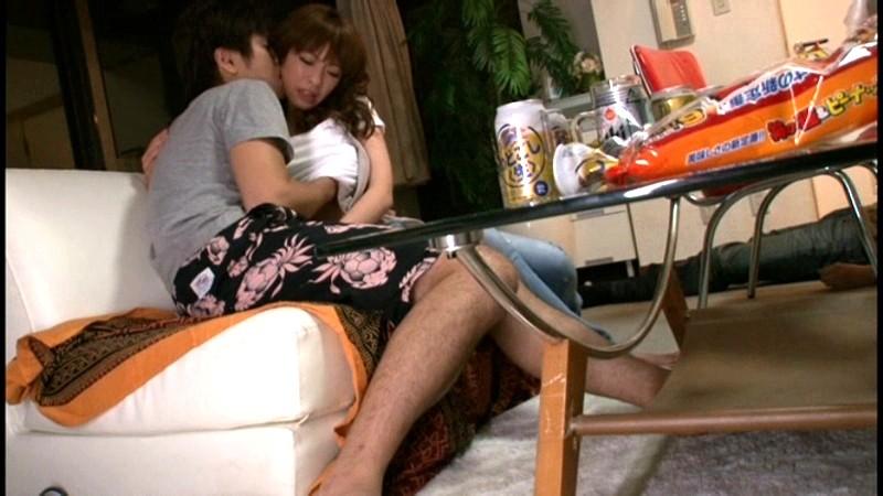 起きているのは俺と女友達だけ、周りには酔い潰れた友人たち、さてどうする? の画像7