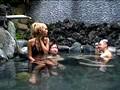 混浴露天風呂に入っている美形ギャルカップルの彼氏の死角に座り勃起チ○ポを見せつける!!いきり立つ股間に気づいたギャルは彼氏との会話中もチ○ポから目が離せない。 2