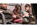 サラリーマンだらけの通勤バスに乗ってきたイケてるギャルカップル! 彼氏を混雑に紛れて引離し、ギャルをこっそり痴漢レイプ!! VOL.02 12