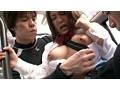 通勤バスで、カバンをたすき掛けして胸の間に通している巨乳の女は、胸が強調されて男たちの視線を浴びていることに気がついている。 サンプル画像11