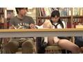 静まり返った図書館で密かに響く振動音。あたりを見渡すと、近くにいた女子校生の股間から聞こえてくる!?しかも必死に声を押し殺して感じてる?その様子にソソられていると目が合いスカートをめくってきて…