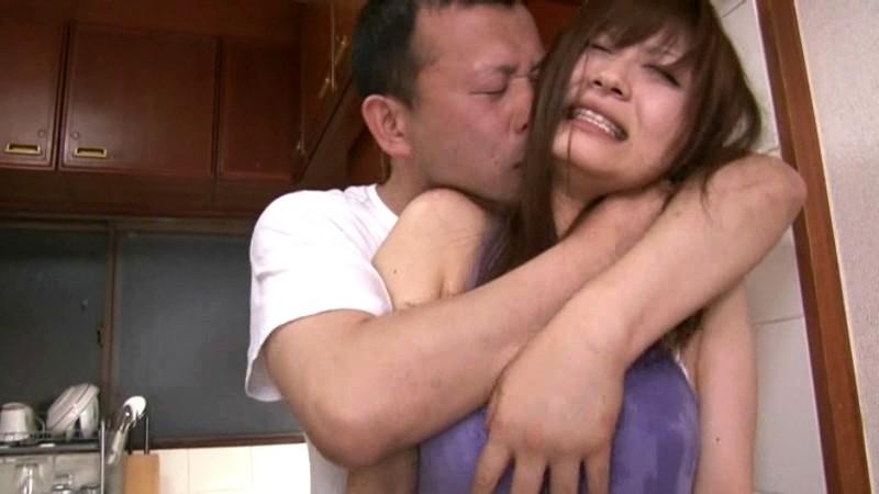 新妻は夫に内緒で若い躰に勃起した義父のチ○ポを握りしめた さとう遥希 画像1