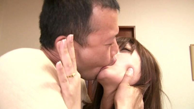 新妻は夫に内緒で若い躰に勃起した義父のチ○ポを握りしめた さとう遥希 画像3