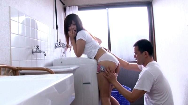 新妻は夫に内緒で若い躰に勃起した義父のチ○ポを握りしめた さとう遥希 画像9