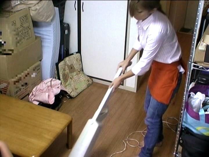 小汚いワンルーム住まいの僕だけど、掃除専門のお手伝いさんを雇ってエッチなグッズを見せつけたら女の子とヤラしいことができた。 VOL.2 の画像1