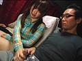深夜の長距離バスに乗っている遊園地帰りの親も美人で娘もカワイイ、そんな親子に隣りの席から勃起チ○ポ見せつけたら、その時、母は?娘は? 18