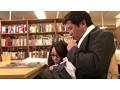図書館で真面目にお勉強しているメガネをかけた清純女子校生の横で、エロ本を読んでいたら思わず勃起! それに気付いた女子校生が勉強そっちのけで僕のチ○ポに興味津々! 18