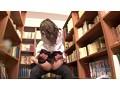 図書館で真面目にお勉強しているメガネをかけた清純女子校生の横で、エロ本を読んでいたら思わず勃起! それに気付いた女子校生が勉強そっちのけで僕のチ○ポに興味津々! 20