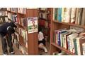 放課後に何もすることがないので学校の図書室に行ってみたら、本の整理を行う清楚なマジメ図書委員女子の無防備な純白パンチラを見てしまった! 目をそらそうと思ってもパンツに釘付けなボクは、思わず勃起…。 7
