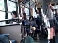 バス車内で上半身露出