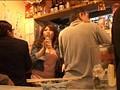 週末の夜なのに1人酒を飲んでいる女は燃えるようなトキメキとトロケルようなSEXを待っている