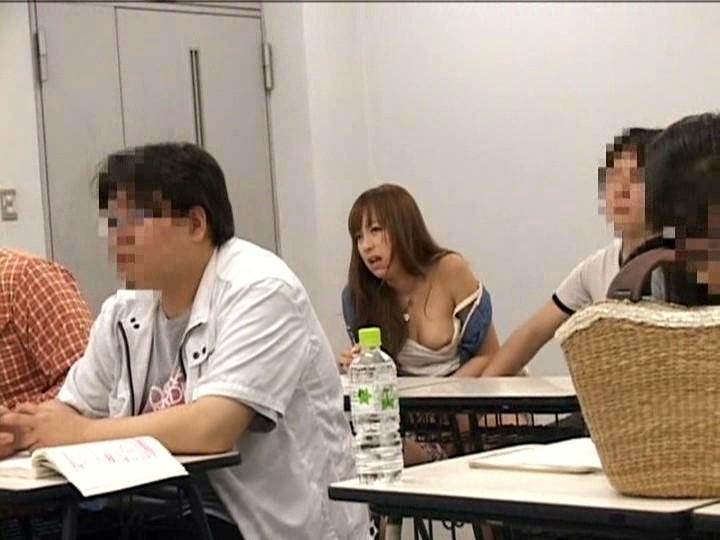 大学の授業中に痴漢され声も出せず絶頂する女子大生 2 の画像15