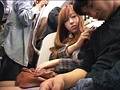 満員電車で痴漢されガニ股でイキ続ける痙攣女 サンプル画像11
