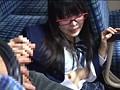路線バスで読み捨てられたエロ本をパンツ濡らしながら覗き見する眼鏡娘 サンプル画像2