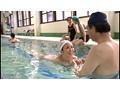 町内会の水泳教室なのに張り切りすぎたハミ出しビキニで「その気は無いのに…」父親達を勃起させてしまう巨乳奥さん 10