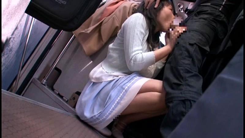 満員バスで逃げられず背後から長時間ねっとりと乳揉み痴漢され感じてしまった巨乳女 の画像4