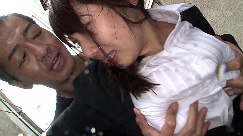 雨に打たれながら痴漢師に乳首をいじられ続けS字反りイキする敏感巨乳女 の画像19