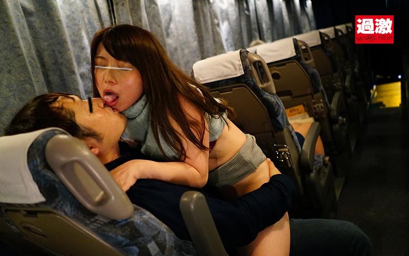 夜行バスで声を殺しスローピストンで腰を振る母を見て興奮した娘は生ハメに理性を失い中出しも拒めない の画像8