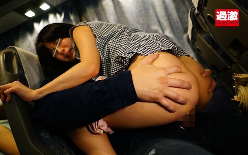 夜行バスで声を殺しスローピストンで腰を振る母を見て興奮した娘は生ハメに理性を失い中出しも拒めない の画像5