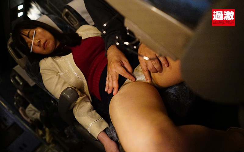 夜行バスで声を殺しスローピストンで腰を振る母を見て興奮した娘は生ハメに理性を失い中出しも拒めない の画像2