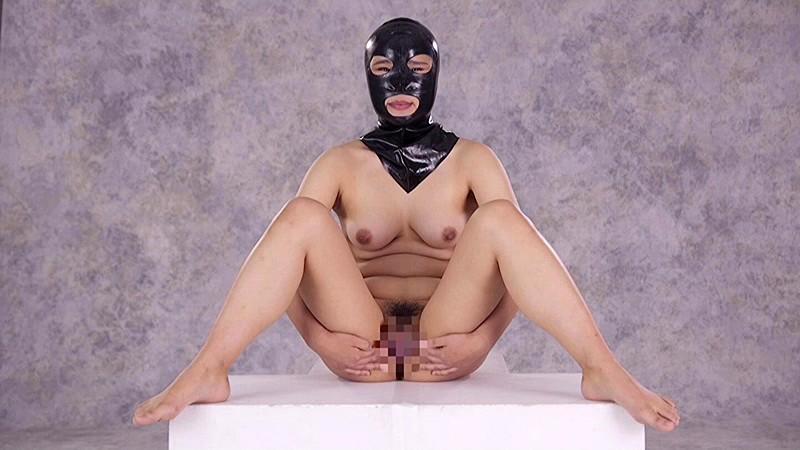 全裸と奴隷拘束具姿の…
