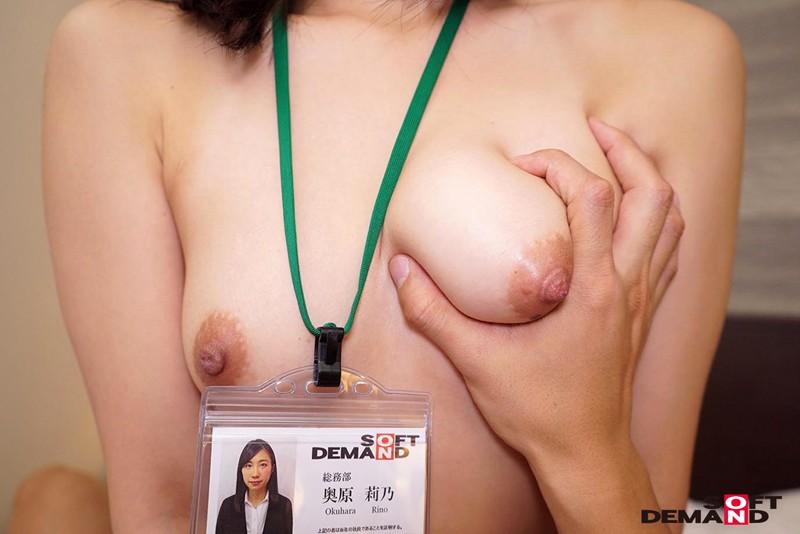 腕まくりがトレードマークで笑顔No.1のSOD女子社員 奥原莉乃 画像20枚