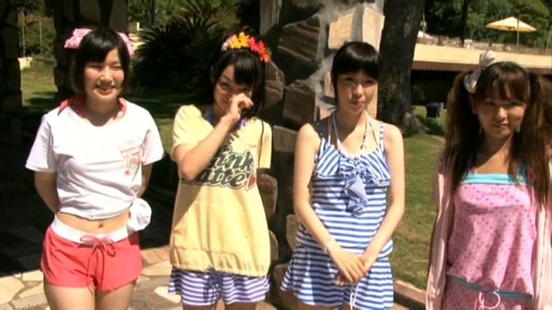 ちびっこ女優4人組!! 迷子のフリして常夏リゾートプールで知らないオジサンにHなイタズラごっこ の画像20