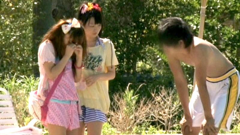 ちびっこ女優4人組!! 迷子のフリして常夏リゾートプールで知らないオジサンにHなイタズラごっこ の画像19