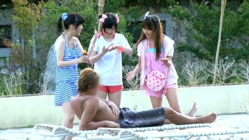 ちびっこ女優4人組!! 迷子のフリして常夏リゾートプールで知らないオジサンにHなイタズラごっこ の画像12