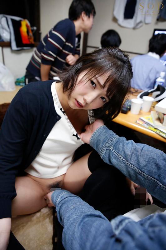 すぐそばに彼女がいるのにベロチュウ誘惑で強x制中出し 戸田真琴 画像19枚
