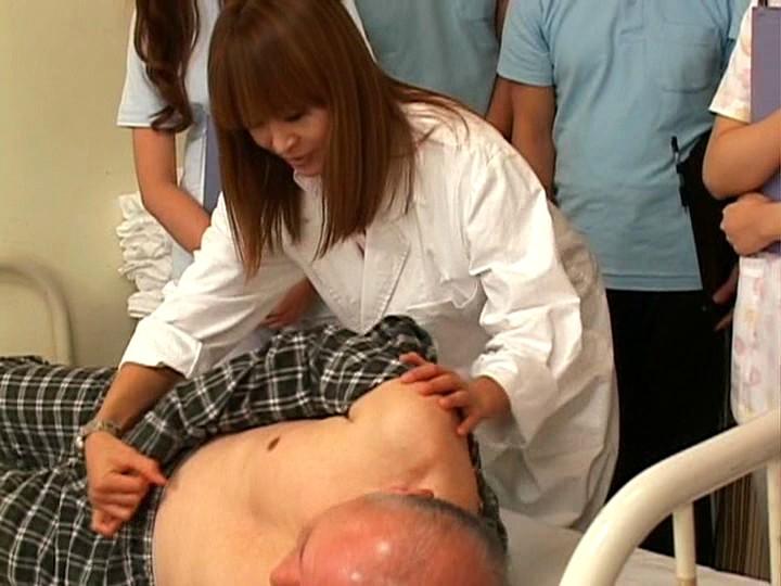 羞恥!介護実習で全裸にされる女子学生!! の画像1