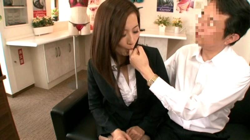 社員の前で恥ずかしすぎる公開催眠美熟女セーラー服 某高級下着メーカー社長 青山翠(34) の画像2