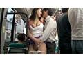 満員路線バスで物欲しげな若妻の汗ばんだ太股に勃起ペニスを密着させてやるとカラダをひくつかせながら求めてきた サンプル画像6