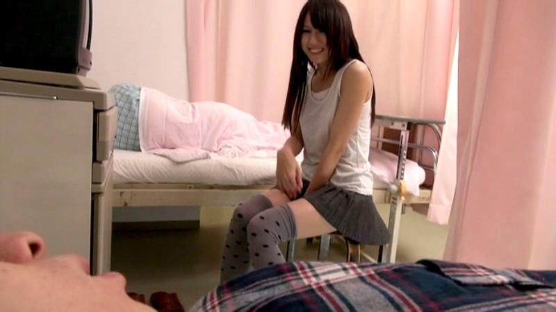 隣ベッドにお見舞いに来た女の無防備パンチラに勃起 気付いた彼女は忘れていた性欲に火がつき彼氏が寝ている横でむしゃぶりついてきた の画像16