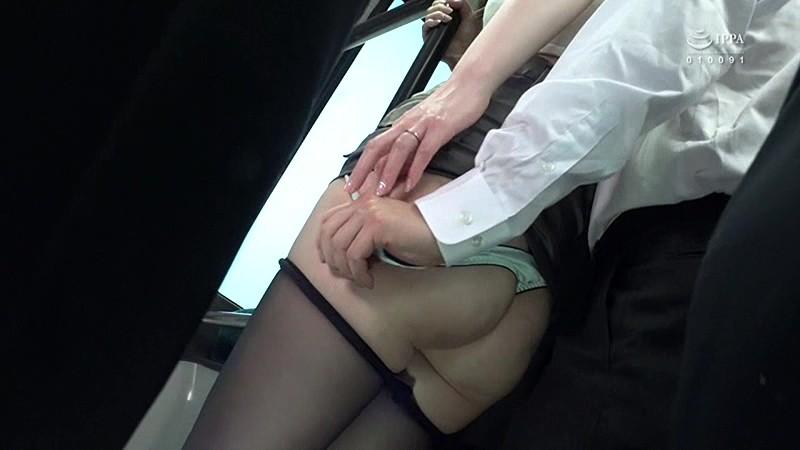 満員バスで夫が横にいるのにムッチリ尻を僕の股間に押しつけてきて勃起したチ○コを握って放さない!スリルに萌える奥さんと揺れる車内で奥まで入れちゃった