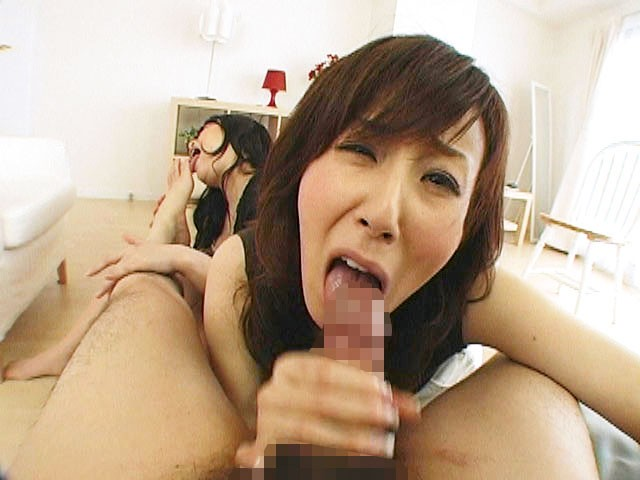 噂の美魔女「澤村レイコ」が手コキ&フェラでヌキまくり!亀頭の先までシコシコ、唾液まみれでジュルジュルされたら誰だって辛抱たまらずドピュドピュしちゃいます! 2