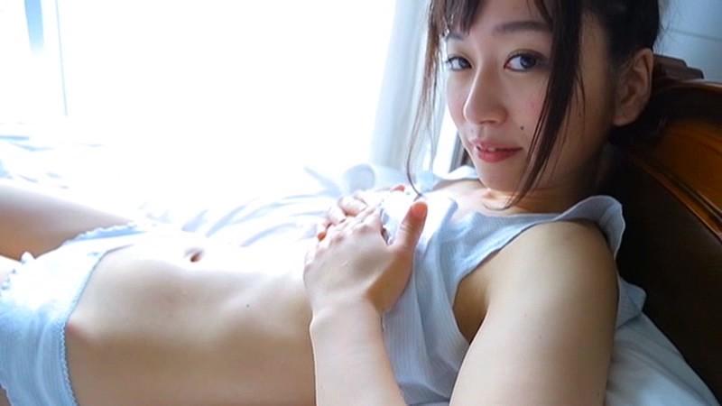 優しい笑顔の正統派美少女・美倉夏菜チャンのイメージ。清楚な雰囲気の夏菜チャンが、まさかの大胆限界ポーズを連発。胸のポッチや綺麗な曲線のヒップラインとボリューミーなお尻など、彼女の魅力をたっぷりと収録。