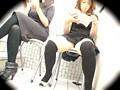 盗撮 都内ネイルサロンの外で待ってる女の子達 座ってる女の子のスカートの中身 20