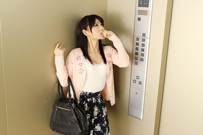 【VR】エレベーターに男女が閉じ込められちゃった!? 不安だからとか言いながら手を握ってきたりキスし...のサンプル画像2