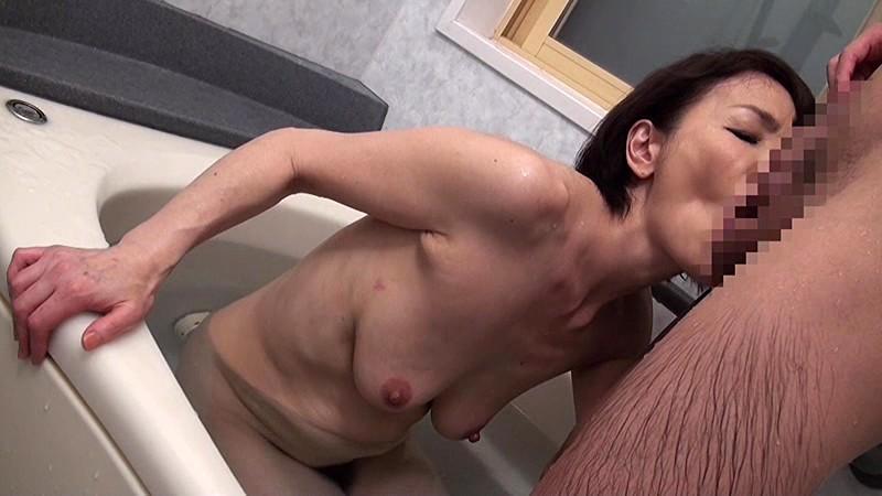 近親相姦 還暦のお母さんに膣中出し 内原美智子 の画像11